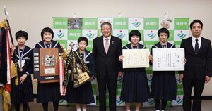 松本茂幸市長(中央)に優勝を報告した神埼中女子剣道部のメンバーたち=神埼市役所