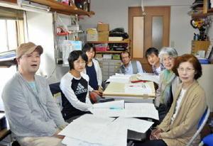 9月の詩人祭に向け準備を進める九州詩人祭佐賀県連絡会の役員たち