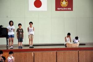 戦争の悲惨さや平和の尊さを訴える劇を披露する6年生の児童たち=有田町の曲川小学校
