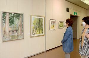 手前が松枝久子さんの水彩画「夫婦杉」(F30号)=佐賀県立美術館