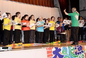 集会で、諫早湾の干潟の歌を合唱する参加者=長崎県諫早市の諫早市民センター