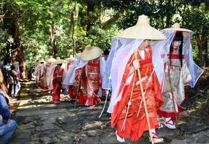 平安時代の熊野詣でを再現するイベント「あげいん熊野詣」=28日、和歌山県那智勝浦町