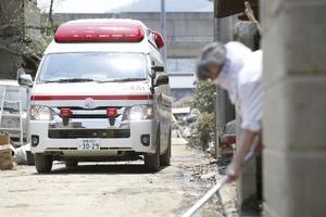 岡山県倉敷市で患者を搬送する救急車=2018年7月