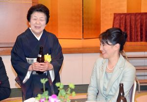 池坊次期家元の池坊専好さんと歓談する多久島良子さん(左)=唐津シーサイドホテル