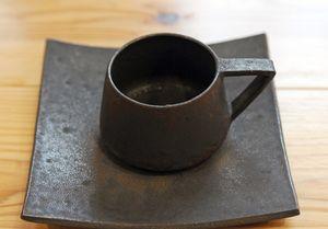 玄釉のカップ&ソーサー。軽くて持ち手が大きく高齢者でもつかみやすい