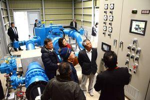 多良川流域で落成した小水力発電所。施設内が関係者に公開された=藤津郡太良町中山地区