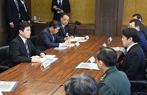 迅速な事故原因の究明を要望した武廣勇平上峰町長(左)=上峰町役場
