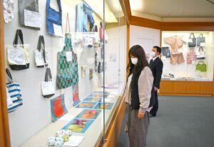 「中学生ものづくり教育フェア」の作品コンクール部門で入選した作品などが並んだ会場=佐賀市立図書館
