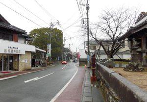 長崎街道沿いに寺社が並ぶ田代宿(鳥栖市)。右側に西清寺、左奥に昌元寺、田代八坂神社がある