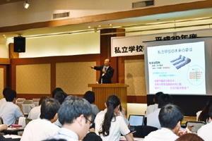 私立学校と教員の役割を語る日本私学教育研究所の中川所長=佐賀市のホテル龍登園