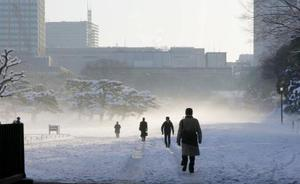積雪した皇居前広場=23日午前7時59分、東京都千代田区