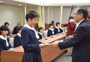 御厨副市長(右)から激励金を受け取る松田主将=佐賀市役所