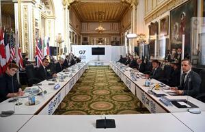 5日、ロンドンで開かれたG7外相会合に臨む各国外相ら(AP=共同)