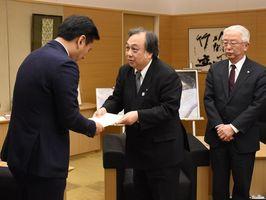 山口祥義知事(左)に要望書を手渡す田中隆一郎理事長(中央)=佐賀県庁