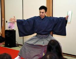 生の迫力もたっぷりに歌舞伎の実演をする中村橋吾さん=佐賀城本丸歴史館
