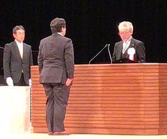 学位授与式で來生新学長から学位記を授与される古川さん=東京・NHKホール(古川さん提供)