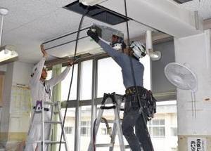 教室にエアコンを設置する工事関係者=伊万里市の大坪小