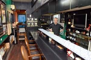 「コロヤ」の松尾浩之店主。席数は旧店舗の7割ほどに減ったという=佐賀市白山