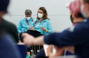トランスジェンダー女性選手の五輪出場について取材に応じるIOCの担当者=30日午後、東京都江東区のメインプレスセンター
