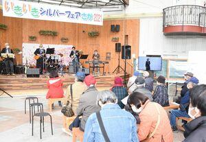 ステージでのバンド演奏に耳を傾ける来場者=佐賀市呉服元町の656広場