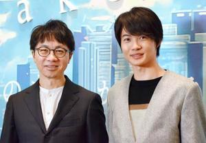記者発表会で記念撮影する俳優の神木隆之介(右)と新海誠監督=東京・六本木の国立新美術館