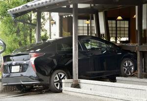 愛知県あま市の喫茶店「珈琲庵」に突っ込んだ乗用車=24日午後0時12分