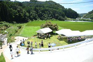 敷地内には芝生広場もあり、開館式の後、流しそうめんも振る舞われた=佐賀市の洞鳴の滝ふれあい館