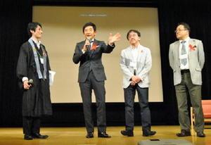 感染症の専門医らとエイズに関するトークセッションをした石田純一さん(左から2人目)=佐賀市のアバンセ