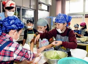 名産の梅を材料にした料理に取り組む児童=伊万里市の牧島小