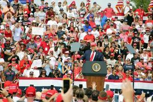 支持者に囲まれて演説するトランプ米大統領=29日、米フロリダ州タンパ(共同)
