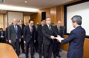JR九州の古宮洋二本部長(右)に要望書を手渡した江里口秀次小城市長(中央)=福岡市博多区の本社
