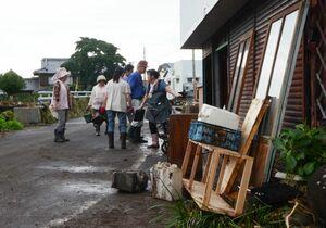 多良川が越流して浸水した家から家具を運び出す住民ら=7日午後2時ごろ、藤津郡太良町多良の栄町地区