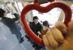 ハート形つり革などが設置された京浜急行電鉄の「KEIKYU LOVE TRAIN」の車内=30日午後、横浜市金沢区