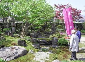 「庭の駅オープンガーデン」で公開された庭園を眺める来場者=伊万里市大坪町の中島庭苑