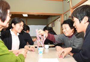 卓上ゲームを楽しむ神埼清明高の生徒と「おたっしゃいきいきクラブ」のメンバー=神埼市の千代田町福祉センター