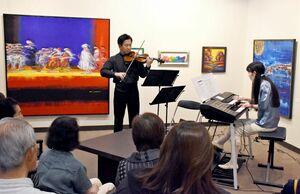 期間中は絵画展と合わせてミニコンサートも。森さん(左)は「音楽と絵画に囲まれた空間を楽しんで」と話す=佐賀市の高伝寺前村岡屋ギャラリー
