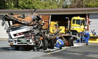 京急事故、大破トラックを見分