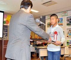 一席の博愛大賞に選ばれ、表彰される原旺輔くん=佐賀市の佐野常民記念館