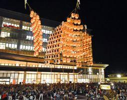 大勢の観客を前に、武雄市役所新庁舎で披露された竿燈まつり=12日午後8時27分、武雄市