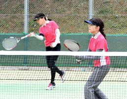 ソフトテニス一般男女決勝・鳥栖市-武雄市 勝利を飾り、優勝に貢献した鳥栖市の女子ペア=伊万里市の国見台庭球場