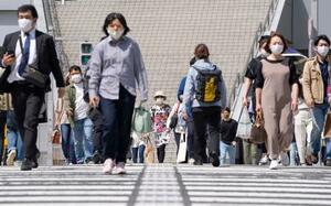 名古屋駅前を歩くマスク姿の人たち=8日午前