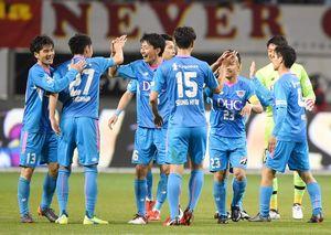 鳥栖-名古屋 3-2で今季ホーム初勝利し、喜び合う鳥栖イレブン=鳥栖市のベストアメニティスタジアム