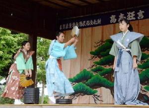 200年以上続く高志狂言を演じた千代田中部小の児童たち=神埼市千代田町の高志神社