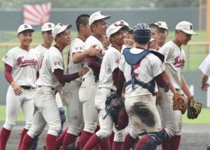 3回戦・唐津工-佐賀商 4−1で勝利し、喜ぶ唐津工ナイン=佐賀市のみどりの森県営球場