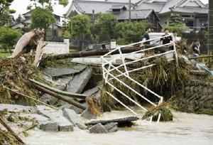 記録的な豪雨に見舞われ、濁流で壊された橋=6日午前、福岡県朝倉市