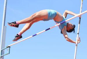 女子棒高跳び決勝 大会新の2メートル90をマークした松本紗季(小城)=佐賀市の県総合運動場陸上競技場
