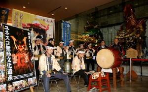 笛や太鼓で勇壮な囃子の音色を響かせる唐津曳山囃子保存会のメンバー=唐津市の曳山展示場
