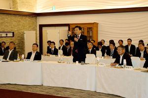 GM21ミーティングであいさつする山口祥義知事(中央)=佐賀市のホテルマリターレ創世