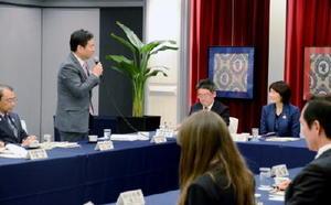 丸川珠代五輪担当相(右奥)に佐賀県の取り組みを説明する山口祥義知事=福岡市のホテルニューオータニ博多