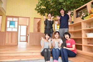 「すまいる保育園」を運営する一般社団法人の竹内靖子代表(手前右)と園のスタッフ=小城市三日月町堀江